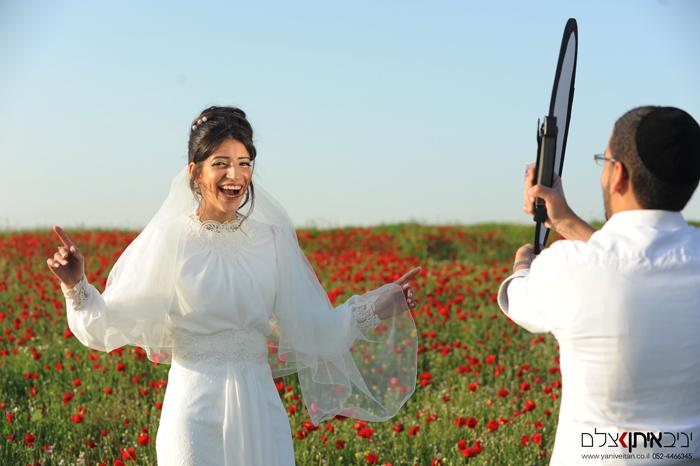 צלם לחתונה - צילום מקורי ומיוחד של חתן כלה בשדה פורח