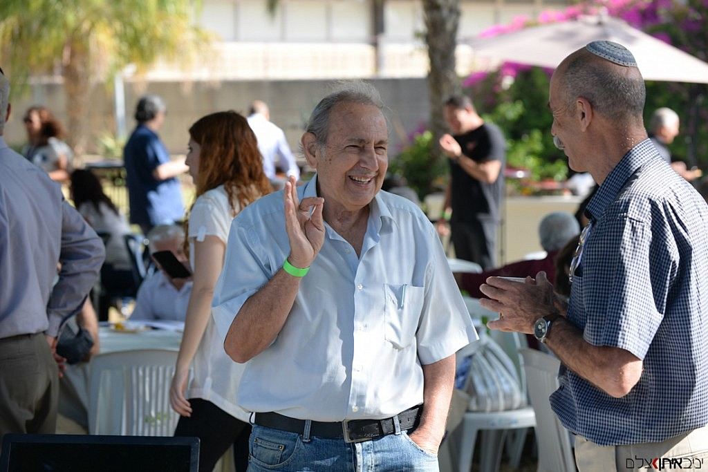 חיוכים ושמחה באירוע עסקי בסמינר באפעל. חברת טופ אלפא