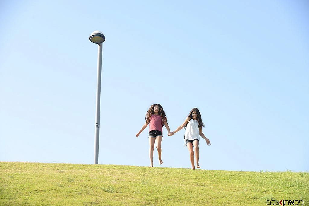 שתי אחיות שמחות במדרון בנמל יפו