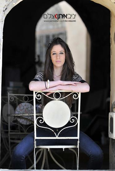 צילום ביפו העתיקה של בחורה יושבת על כיסא