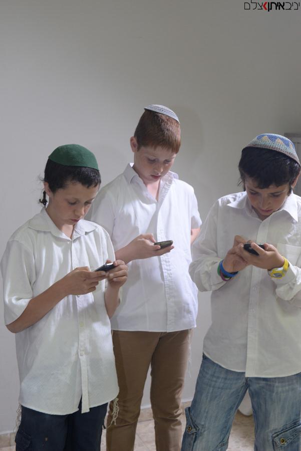 סלפי של נערים דתיים באירוע בר מצווה