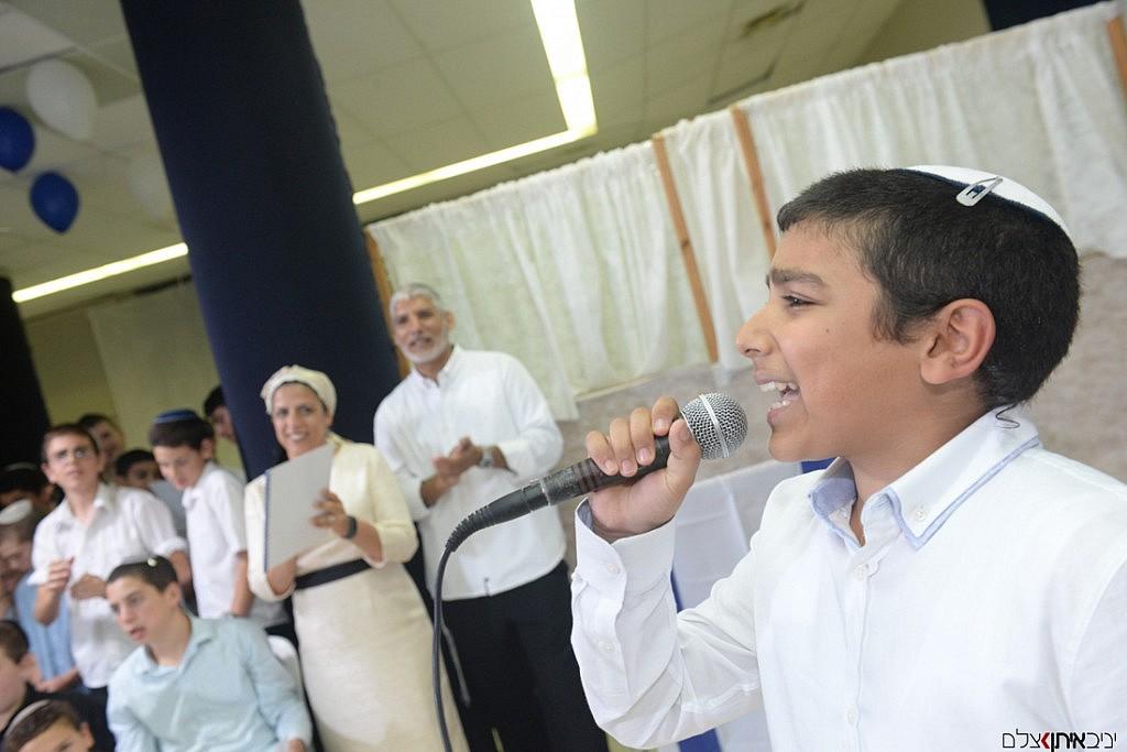 """""""שירה חדשה מאתי תצא"""" חתן בר המצווה שר לקהל באולם"""
