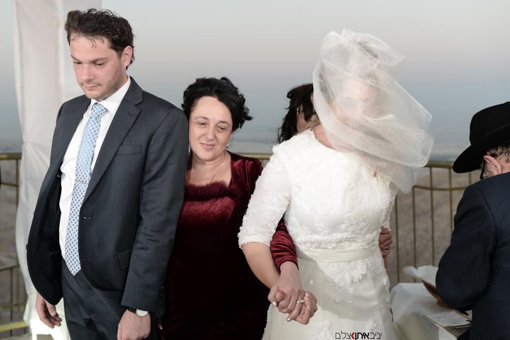 האמא המאושרת בין החתן והכלה
