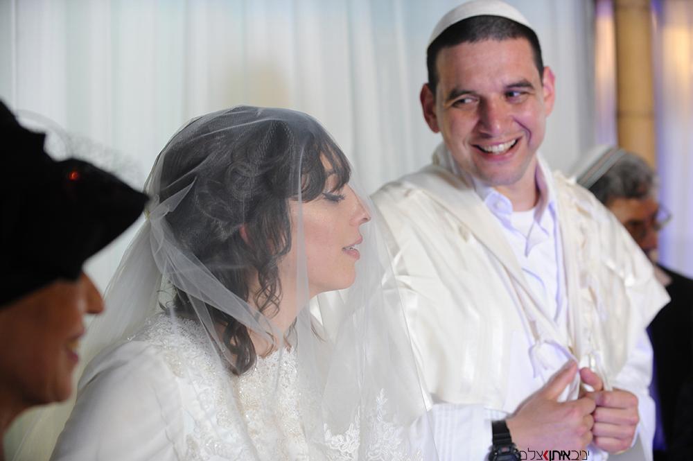 החתן והכלה עוד מעט נשואים כדת משה וישראל