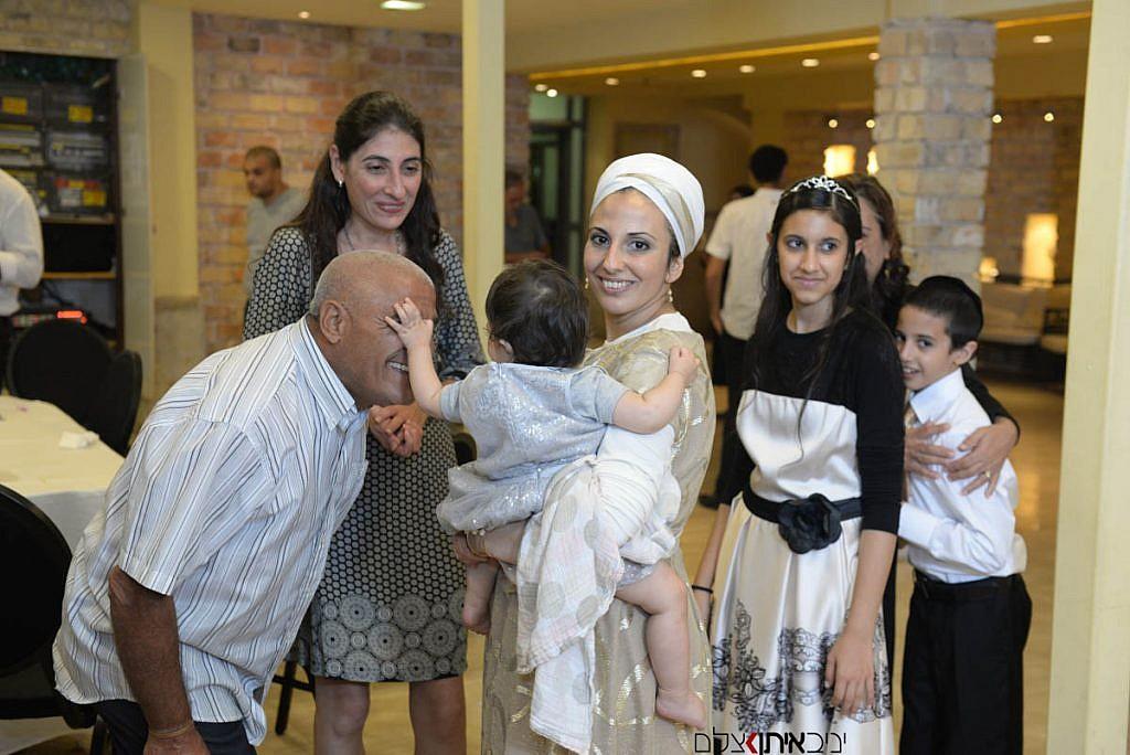 רגע מיוחד שתועד באירוע - תינוקת מלטפת את הראש של סבא