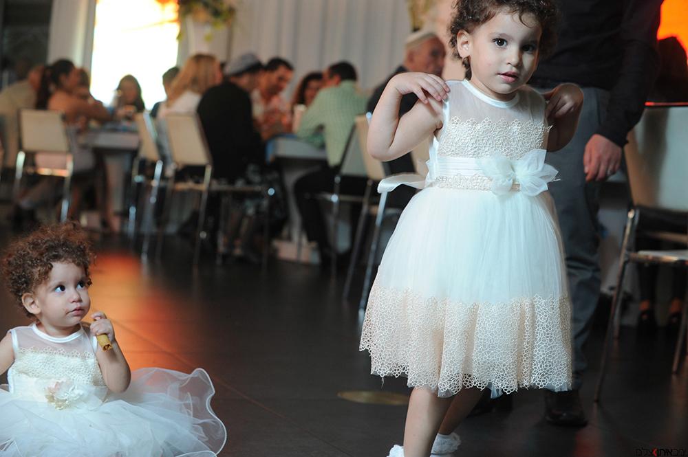 ילדות קופצות רוקדות באירוע - יניב איתן - צילום בריתות ואירועים