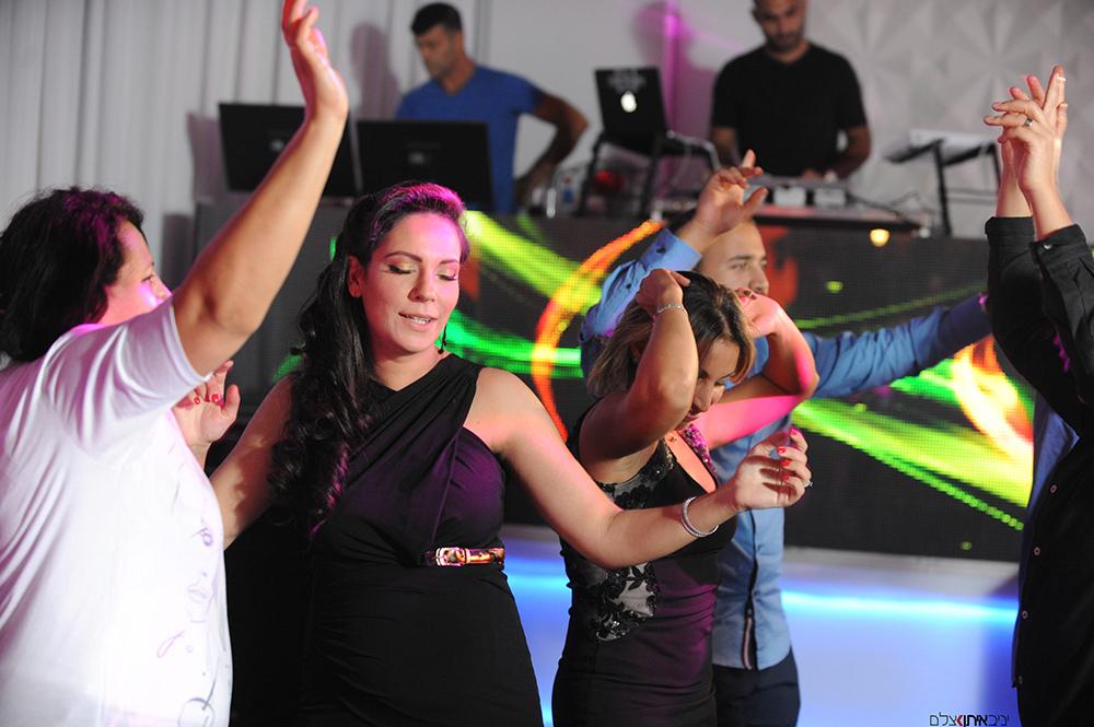 שמחה וצהלה ברחבת הריקודים - צילום ברית מקצועי בדגש על צילום אומנותי ותפיסת הרגע