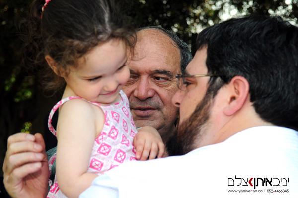 צילום ילדים באירוע בריתה - תמונה שמתעדת 3 דורות יחד - סבא, אבא והבת הבכורה
