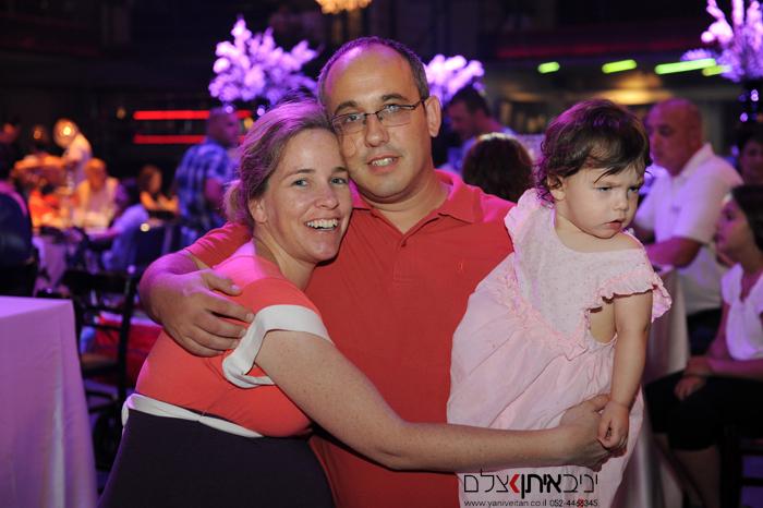 התינוקת הזועפת באירוע הברית - צילום משפחתי עם הדודים