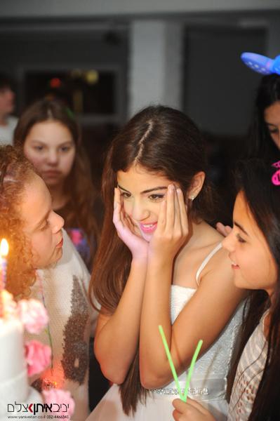 צילום בת מצווה במועדון בתל אביב. כלת האירוע נרגשת