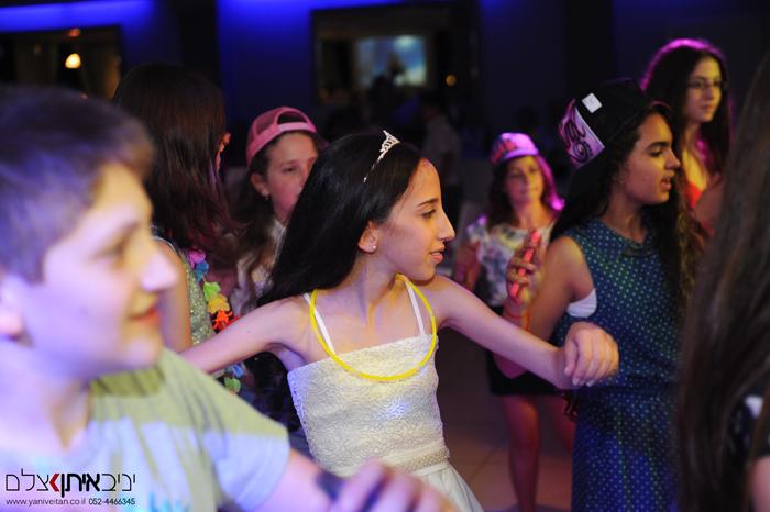 כלת הבת מצווה ברגע ספונטני של ריקוד עם חברותיה