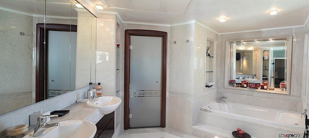 חדר אמבטיה מפואר בדירת יוקרה על חוף הים בתל אביב