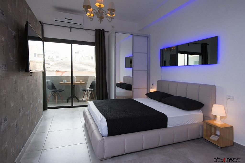 מבט על חדר השינה בנוף תל אביבי