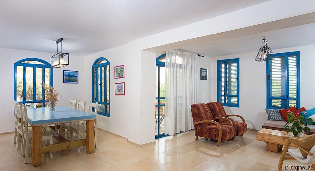 מבט מהכניסה לסלון ולפינת הישיבה מהמטבח