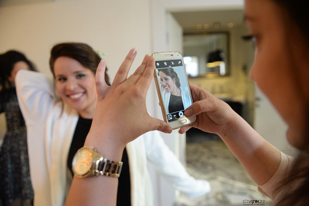 צילום אומנותי של רגע אותנטי בהכנות לחתונה