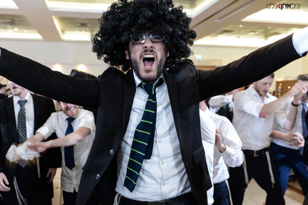 בחור חרדי רוקד ברחבה באירוע חתונה של חבר