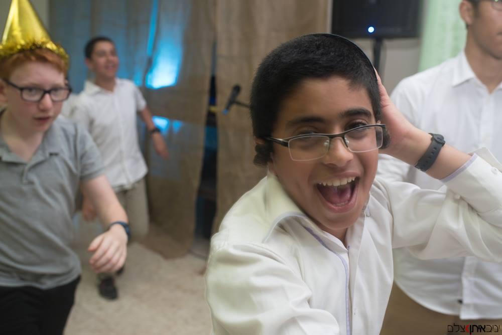 צילום בר מצווה של חרדים עם הילדים ברחבת הריקודים