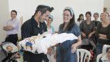 רגע לפני טקס הברית האמא המאושרת מקבלת את התינוק מהסנדק - צלמים לציבור הדתי