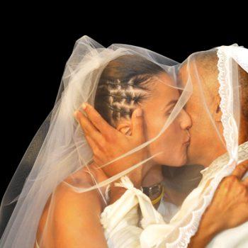 צילום טקס חופה בחתונה בקיסריה. נשיקה ראשונה של הזוג הנשוי