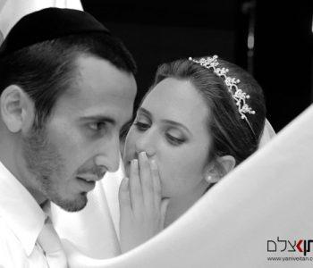 צלם לחתונה חרדית בבני ברק. חתן וכלה מתלחשים