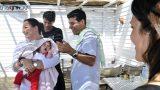 התינוק מתעייף מטקס הברית - צילום ברית מילה בחג סוכות בתוך הסוכה