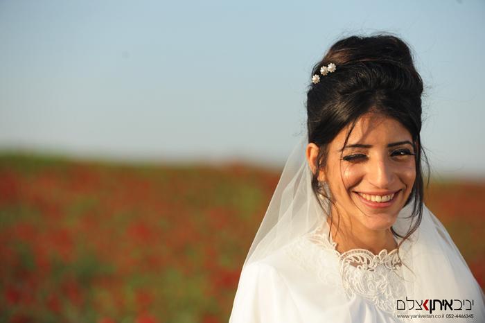צילום כלה דתייה ביום חתונתה בשדה נוריות פורח