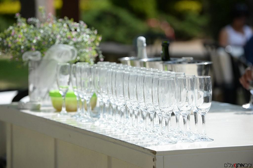 השמפניה מוכנה רק נשאר למזוג וללגום - צילום בר כנסים מעוצב