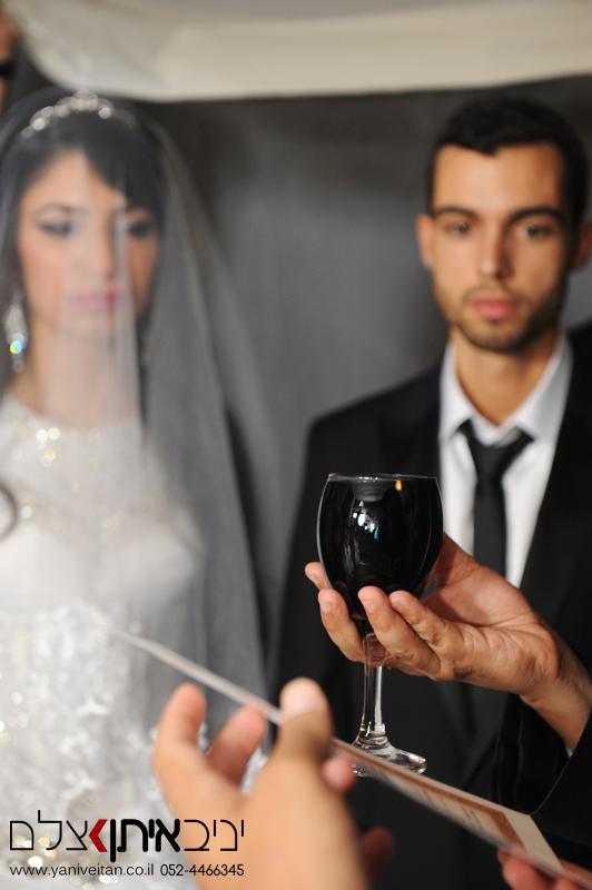 צילום חתן וכלה בחופה. מזל טוב