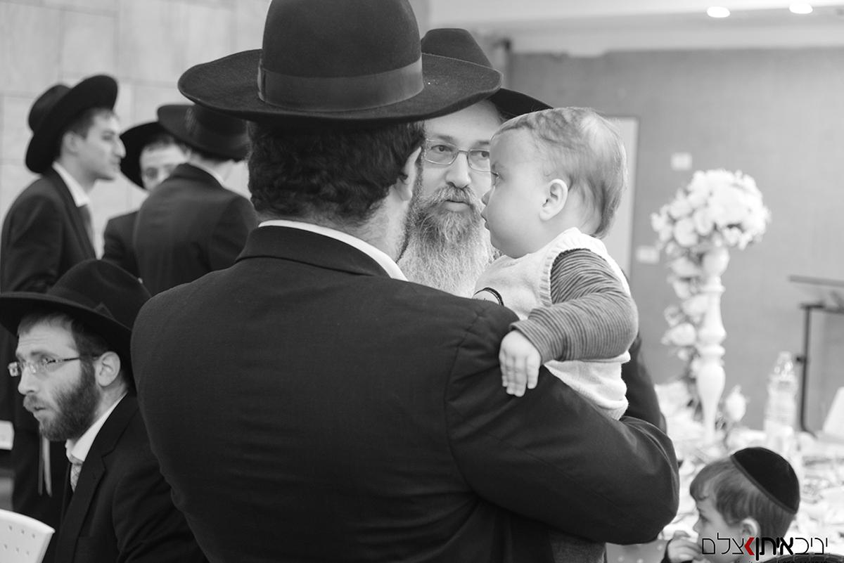 צילום אבא ובנו במהלך בר מצווה של חרדים בבני ברק