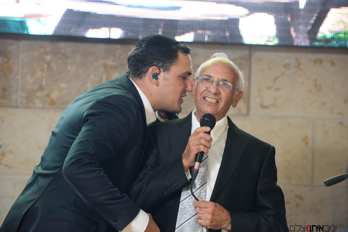 סבא פוצח בשיר ומקבל נשיקה