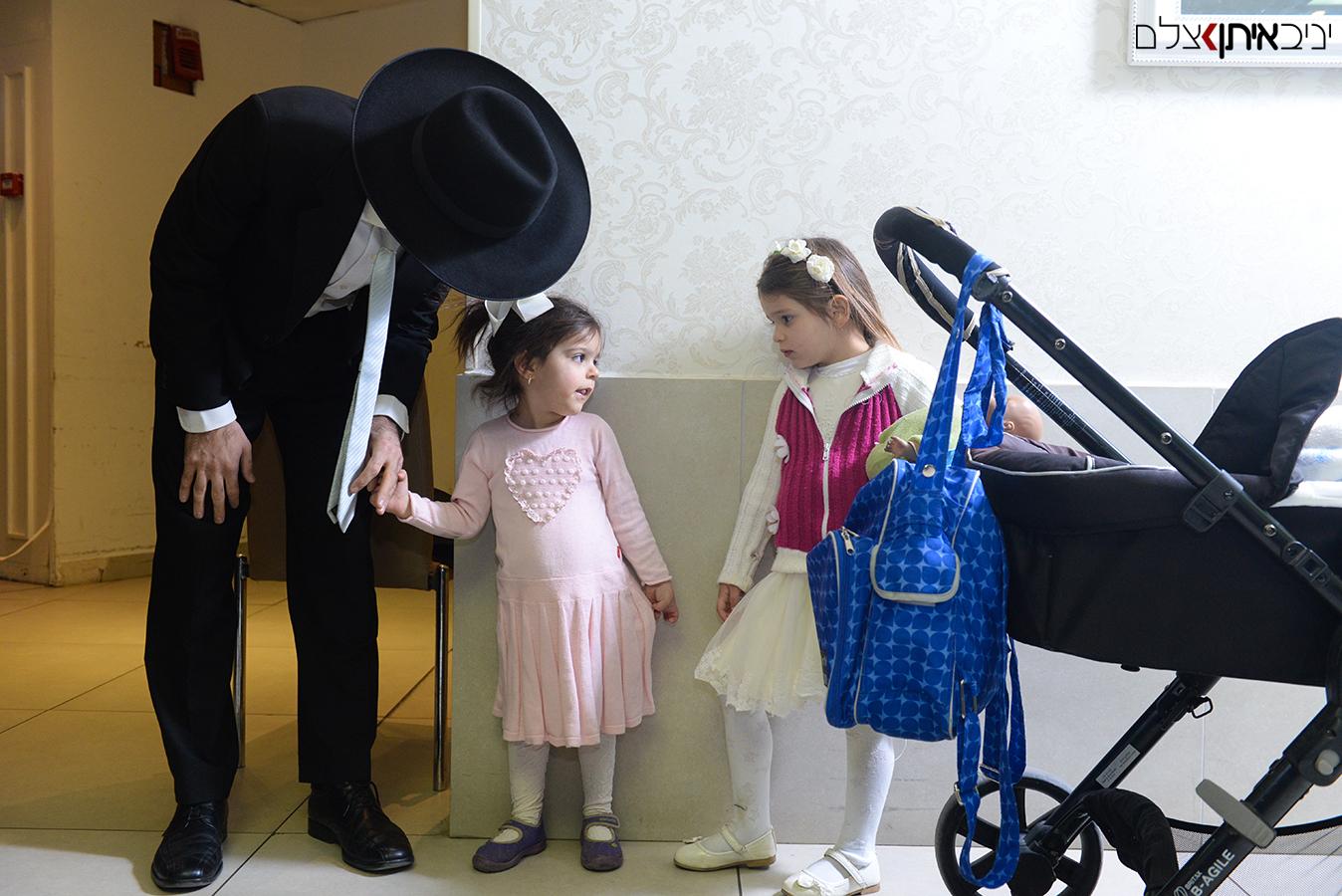 צילום אירועים דתיים - תמונה משפחתית בכניסה לאולם האירועים