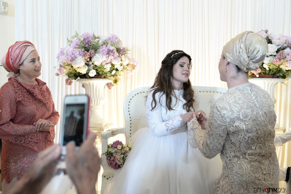 התרגשות הכלה לפני החופה תמונות של צלם חתונות חרדי