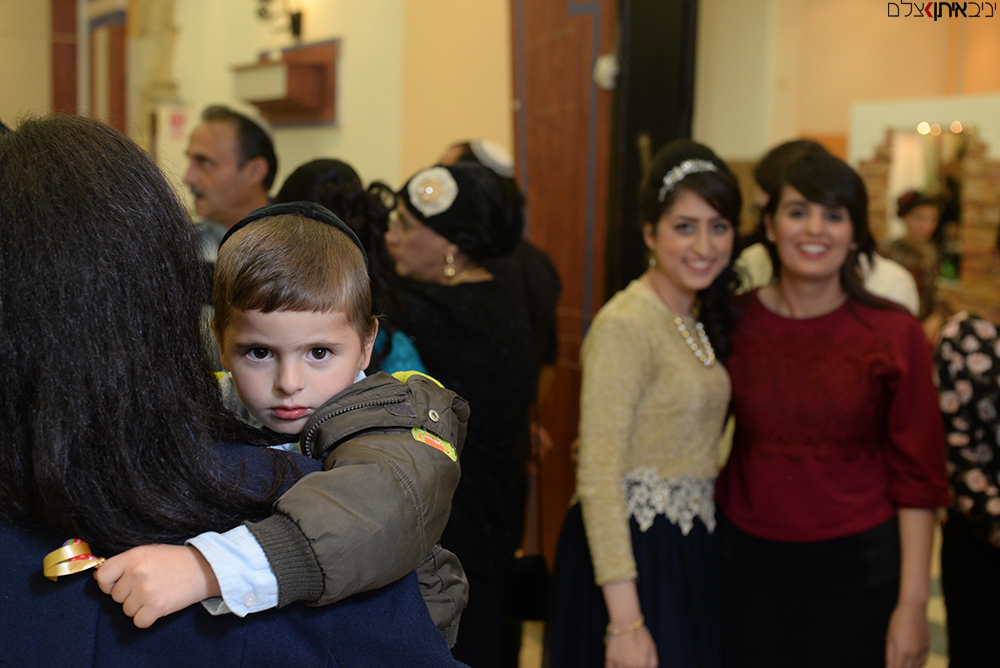 ילד מתוק על כתפי אימו באירוע בבני ברק - צילום בריתות לדתיים במחירים זולים