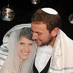 חתן וכלה מתעטפים בטלית בחופה