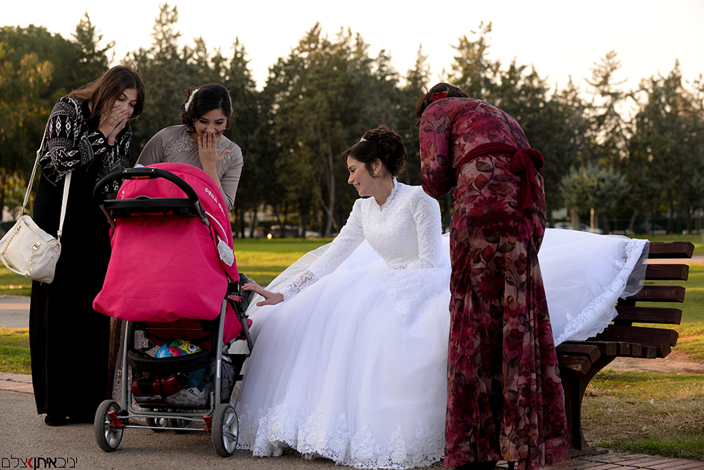 צלם חתונות חרדי בתיעוד אותנטי - הכלה משוויצה בתינוק החמוד לחברותיה