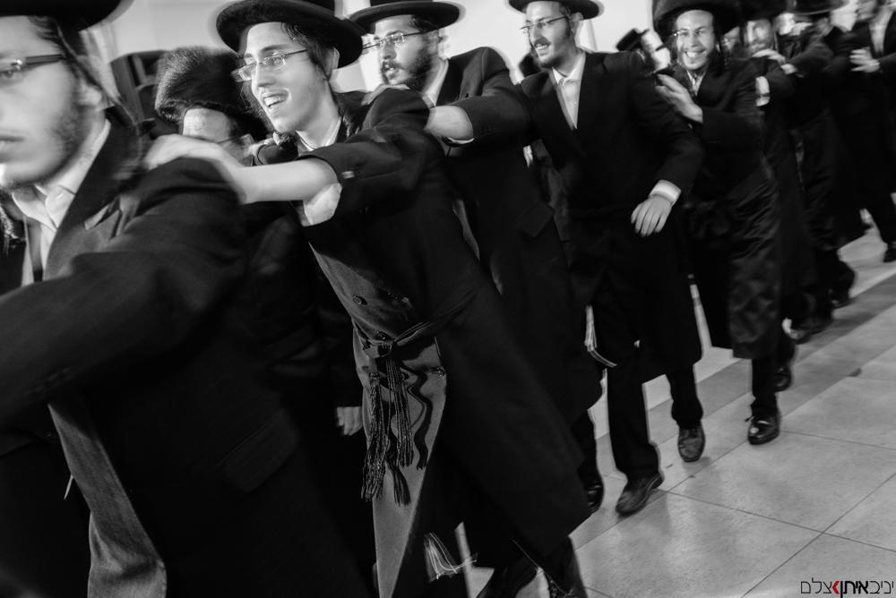 ריקוד חסידי שמח בחתונה של חרדים