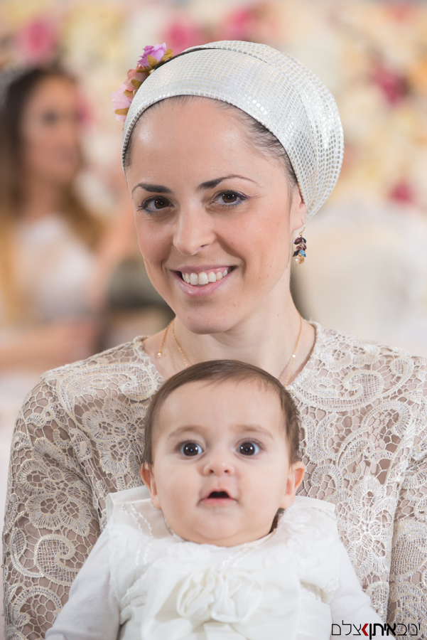 האמא השמחה והתינוק בכסא כלה