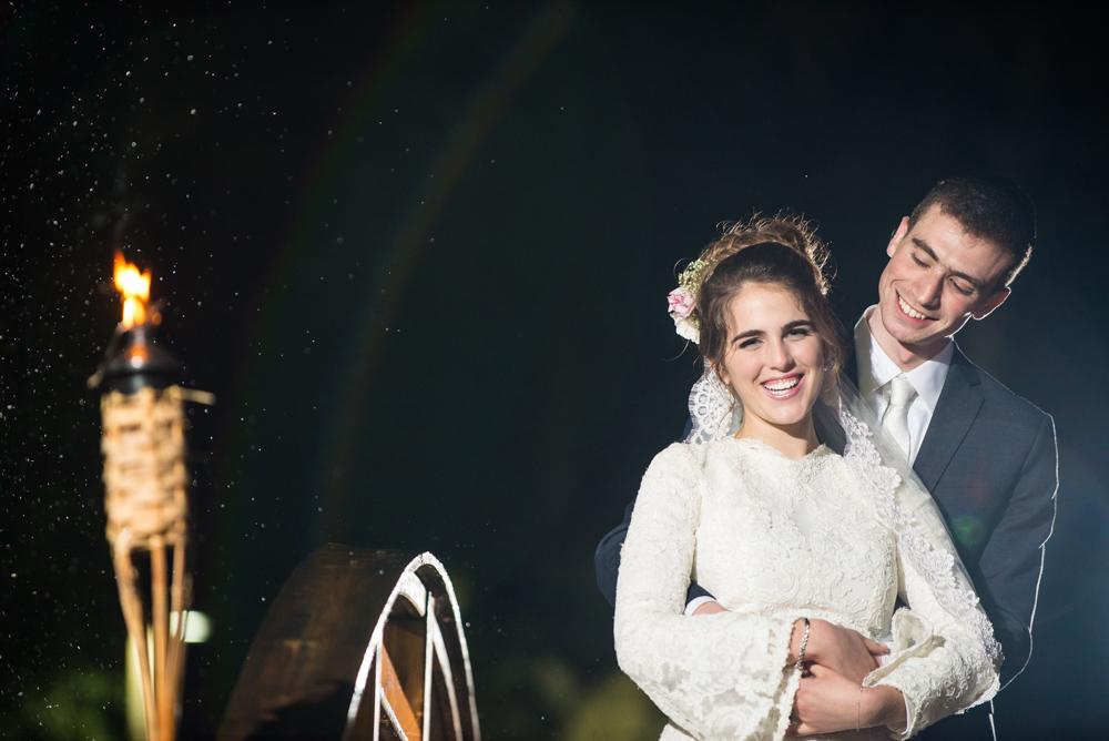 החתן והכלה המאושרים בצילומי זוגיות