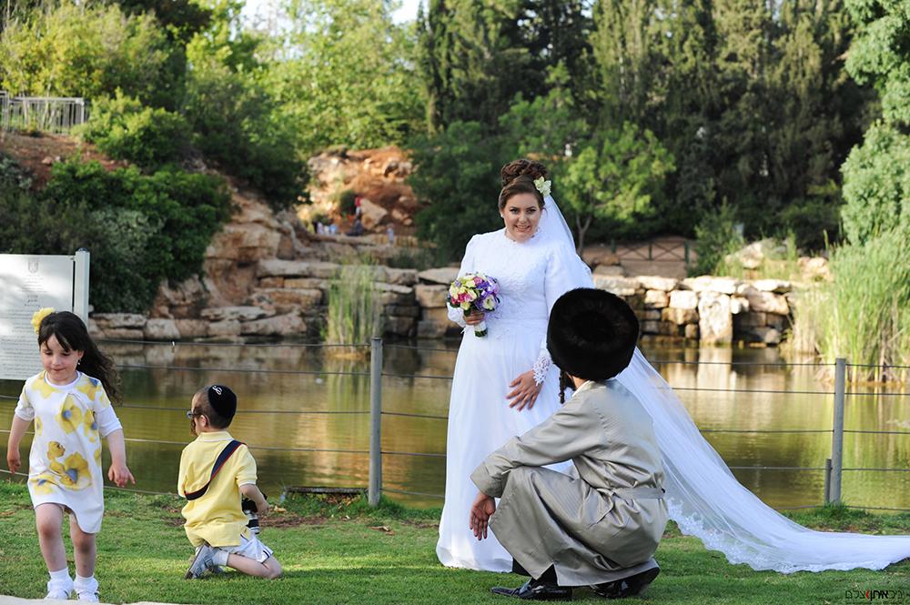 צלמי חתונות חרדים - צילום ספונטני לפני החתונה בגן הורדים בירושלים