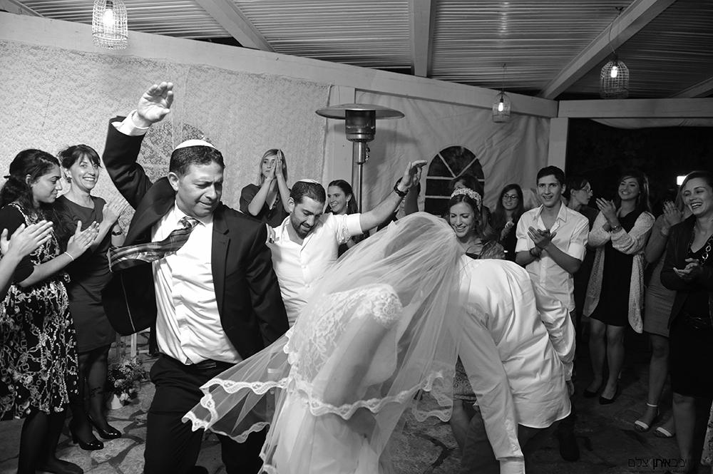 תיעוד צלמי חתונות חרדים - שמחת הכלה רגעים ספורים לפני החופה...
