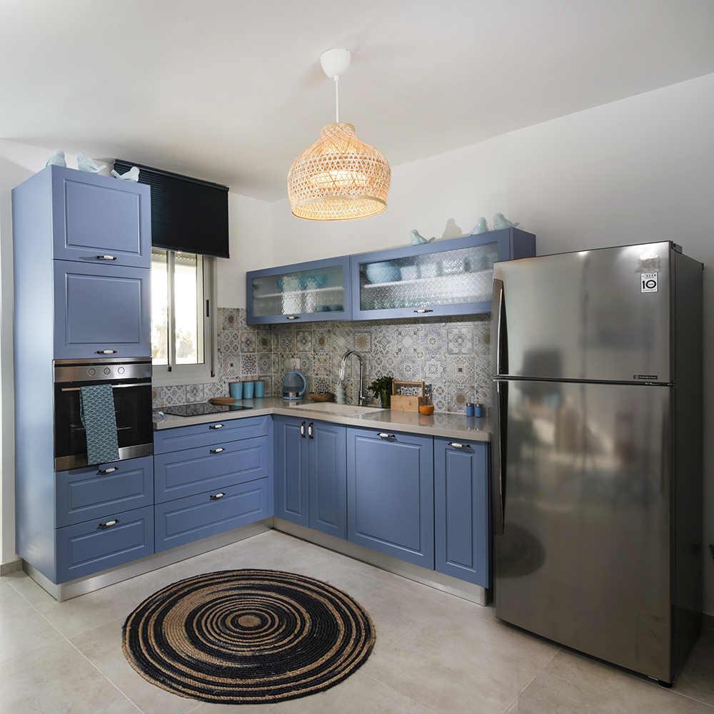 מבט מהסלון למטבח ים תיכוני כחול