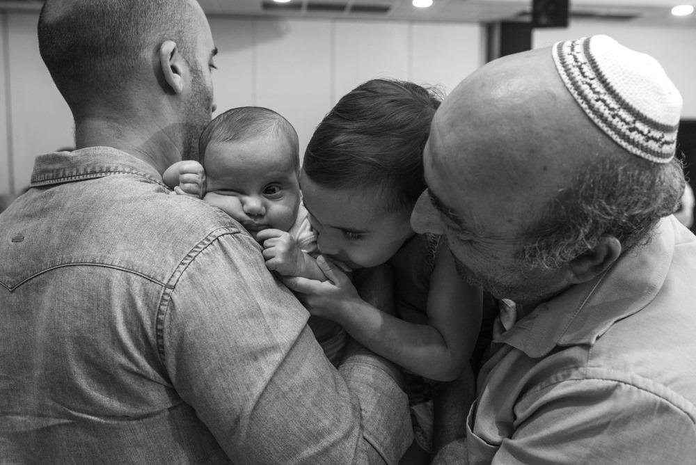 כולם מנשקים את התינוק החמוד