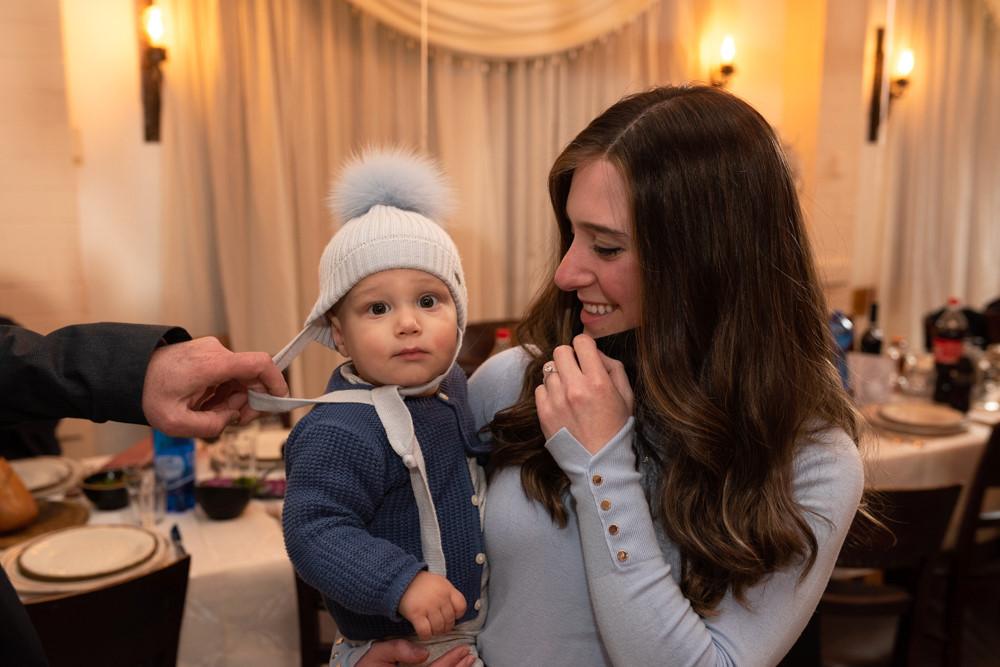 תפיסת רגע של אם ובנה באירוע בירושלים
