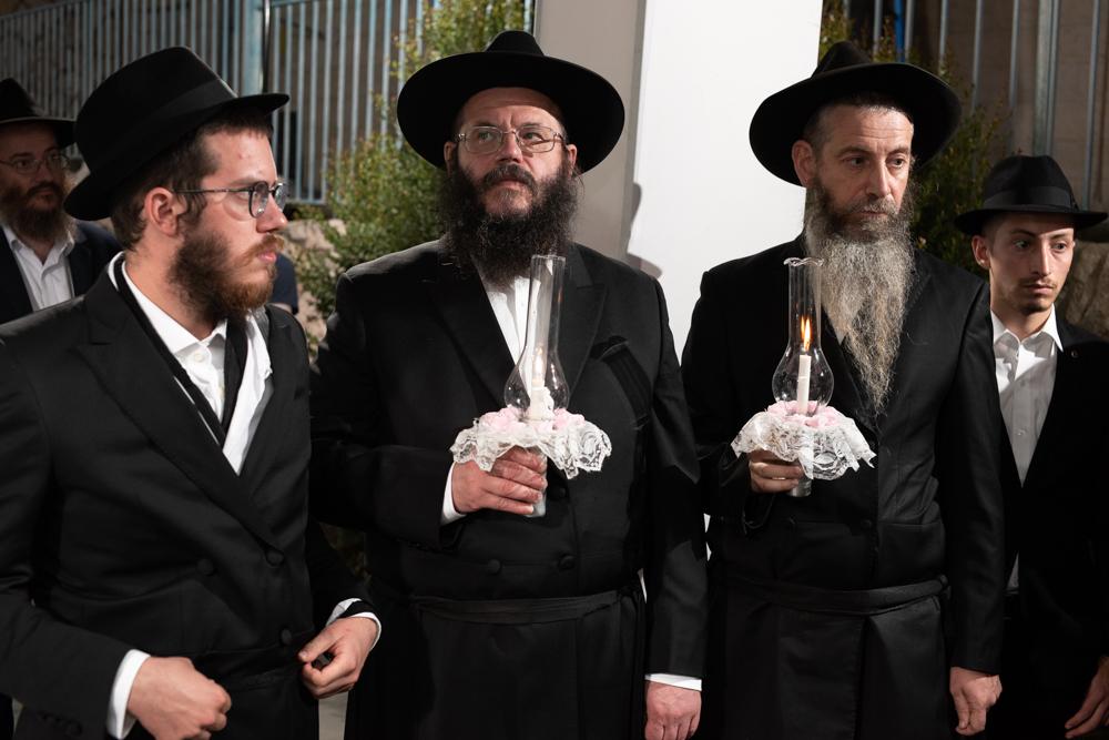 האבות הנרגשים ברגעי הקדושה בטקס החופה