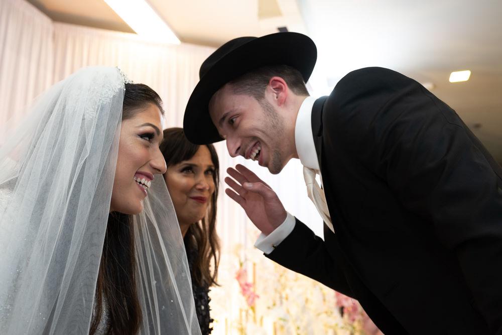 החתן ממתיק סוד עם הכלה לפני החופה