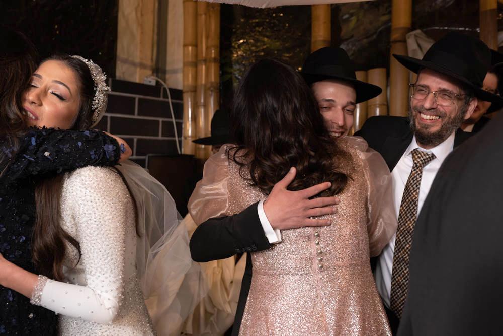 חיבוקים והתרגשות של המשפחות אחרי שבירת הכוס
