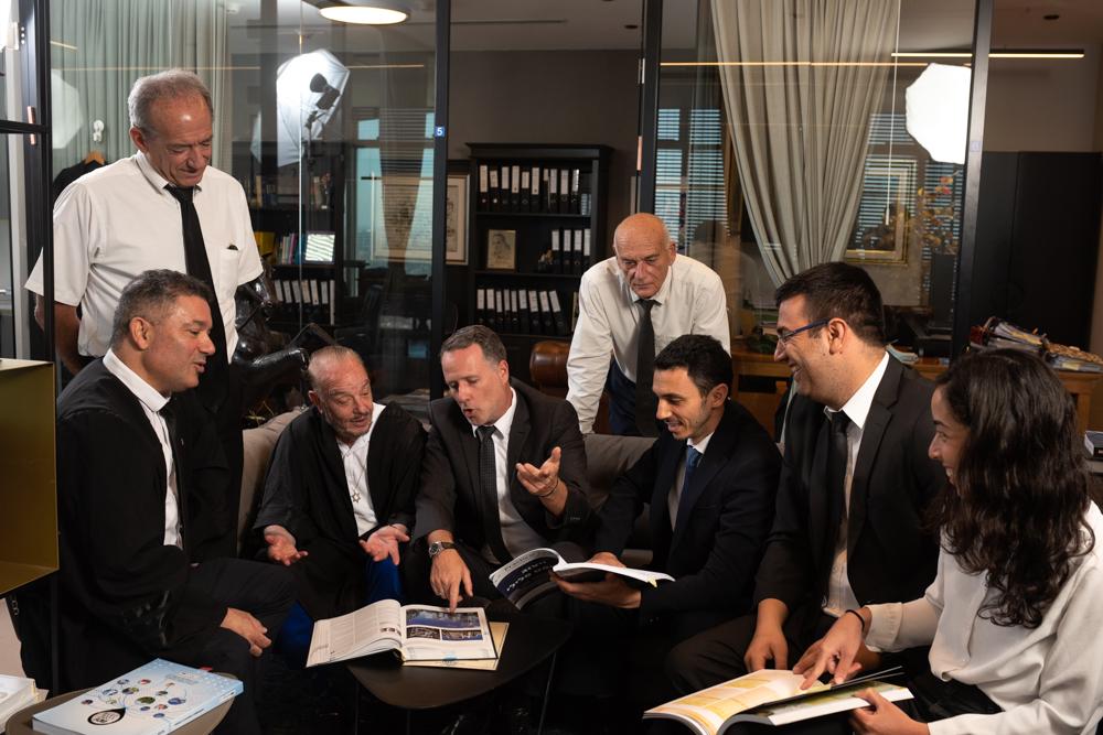 צילום קבוצתי של עורכי דין במשרד