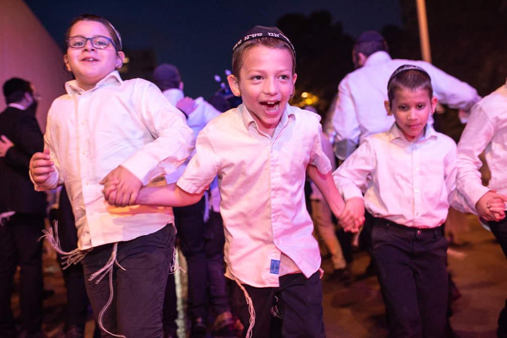 ילדים חסידיים בריקוד שמחה