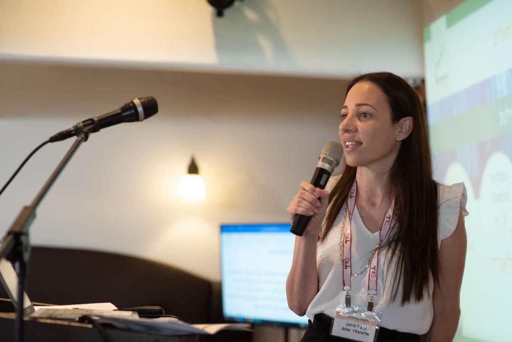 הרצאה דינמית של מרצה צעירה בכנס בנושא השקעות