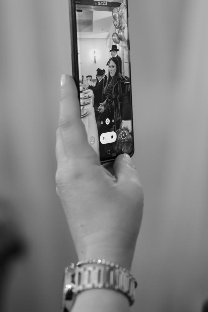 צילום שחור לבן אומנותי של דרשת בר מצווה מטלפון נייד